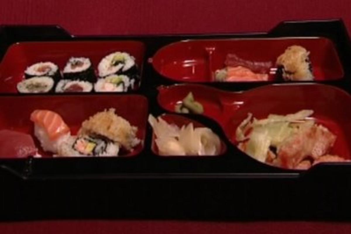 japanische bentobox mit sashimi tempura und einer auswahl von nigiri und maki jule g lsdorf. Black Bedroom Furniture Sets. Home Design Ideas