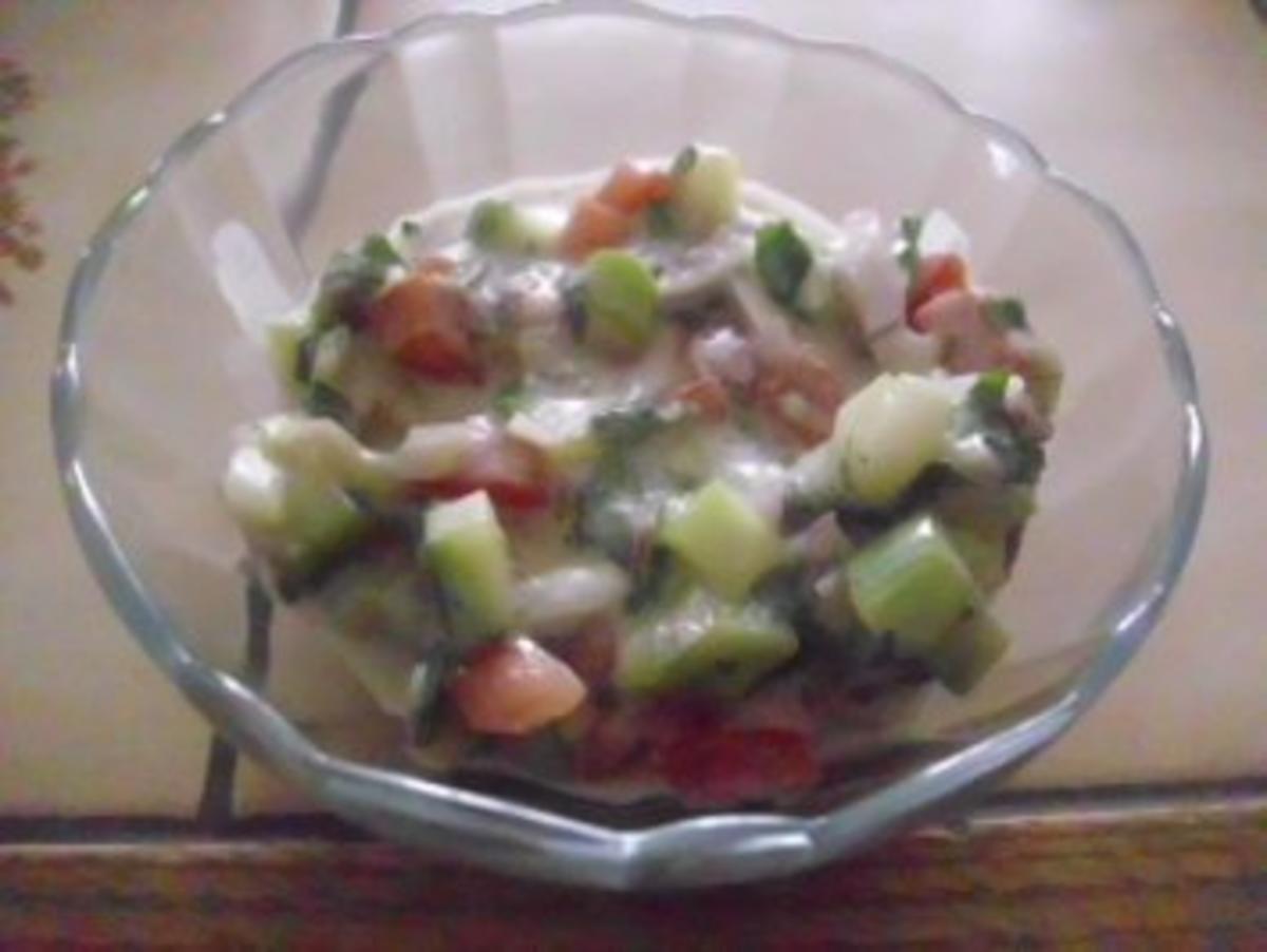 gurken tomaten salat mit knoblauch joghurt dressing rezept. Black Bedroom Furniture Sets. Home Design Ideas