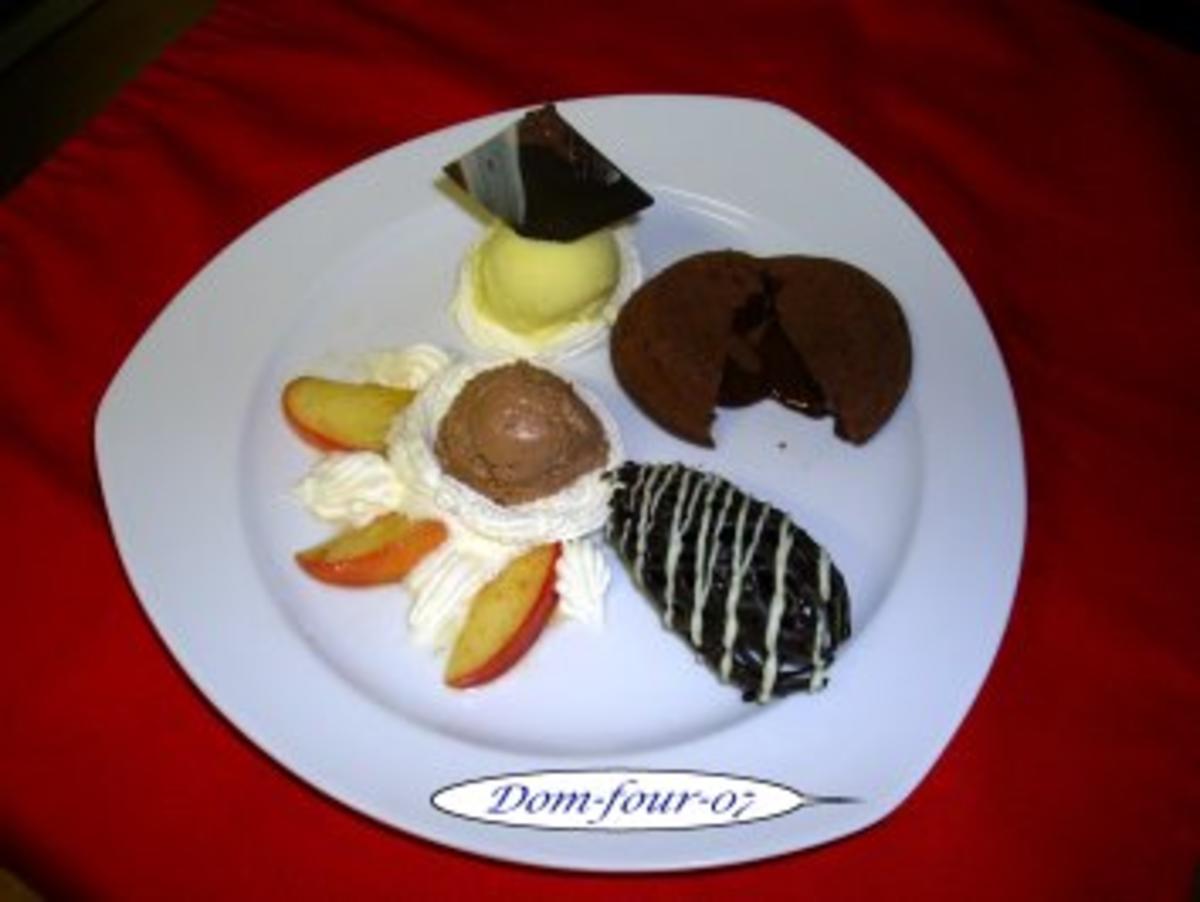 warmer schokoladenkuchen mit fl ssigem kern an vanilleeis schokomousse auf glasierten p. Black Bedroom Furniture Sets. Home Design Ideas