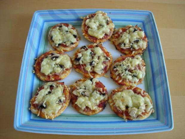 mini pizza mit schinken und champignons rezept. Black Bedroom Furniture Sets. Home Design Ideas