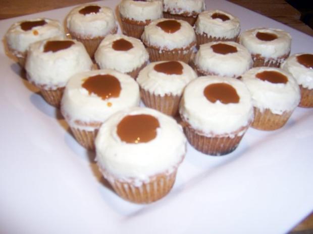 karamell cupcakes mit vanille topping rezept. Black Bedroom Furniture Sets. Home Design Ideas