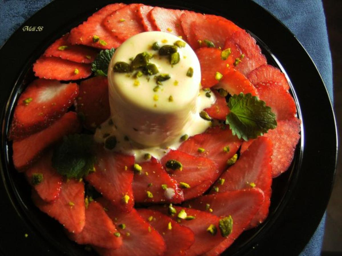 desserts eierlik r parfait mit erdbeersalat rezept. Black Bedroom Furniture Sets. Home Design Ideas