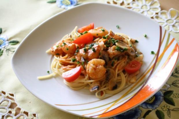 spaghetti mit garnelen pilzen und frischk se tomatenso e rezept. Black Bedroom Furniture Sets. Home Design Ideas