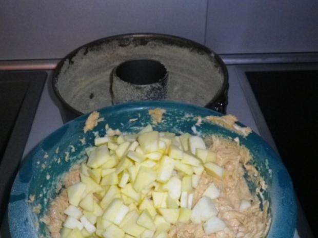 Kuchen mit marzipan und nussen