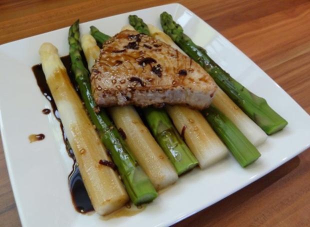 thunfisch mit scharfer teriyaki sauce auf gr nem und wei en spargel rezept. Black Bedroom Furniture Sets. Home Design Ideas