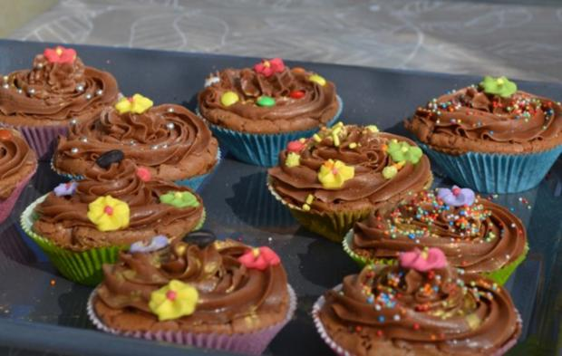 schokoladen cupcakes mit schoko topping rezept. Black Bedroom Furniture Sets. Home Design Ideas