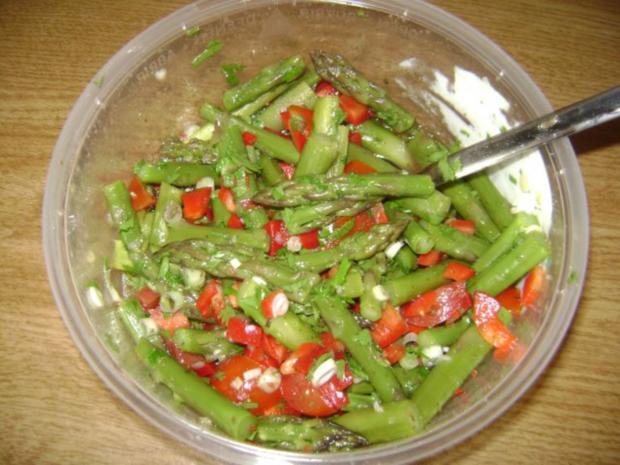 gr ner spargel salat mit tomaten und paprika rezept. Black Bedroom Furniture Sets. Home Design Ideas