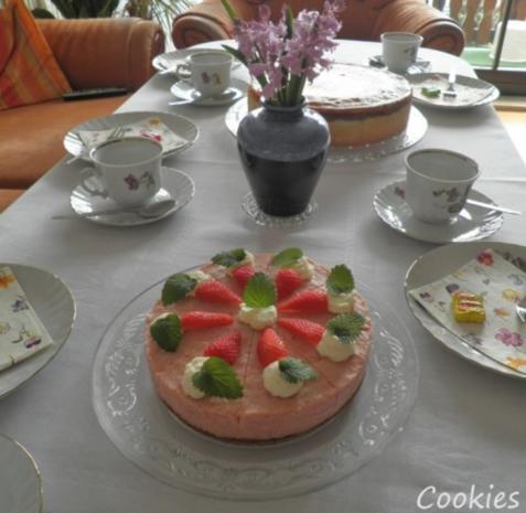 kleine rhabarber sahne torte mit erdbeeren. Black Bedroom Furniture Sets. Home Design Ideas