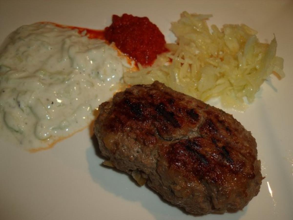 griechische bifteki mit joghurt rezept. Black Bedroom Furniture Sets. Home Design Ideas