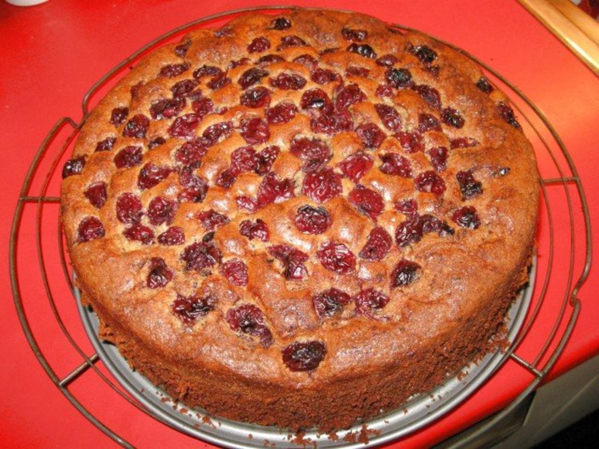Kuchen mit nuss und kirschen