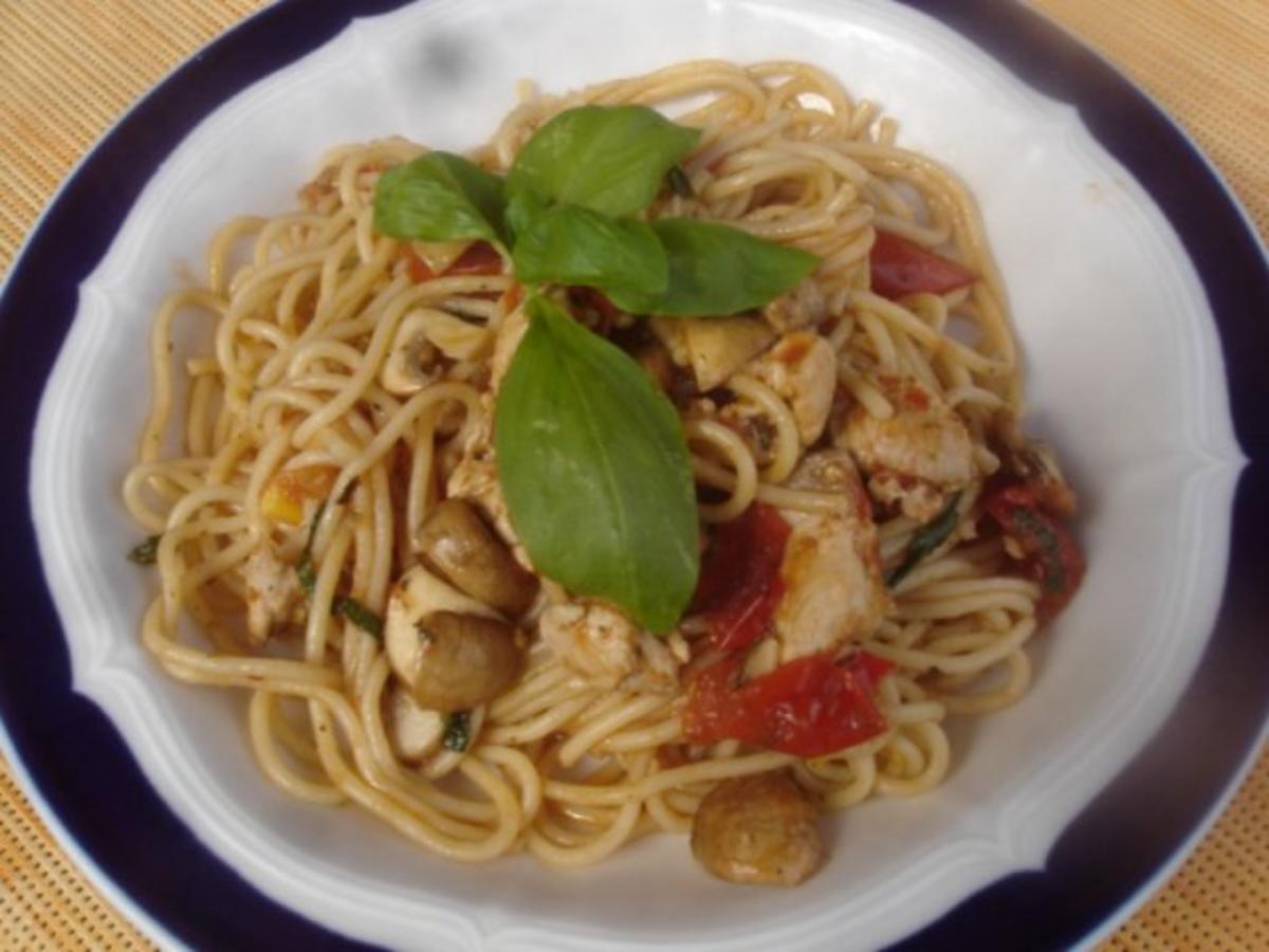 spaghetti mit tomaten champignon putengeschnetzelten rezept. Black Bedroom Furniture Sets. Home Design Ideas