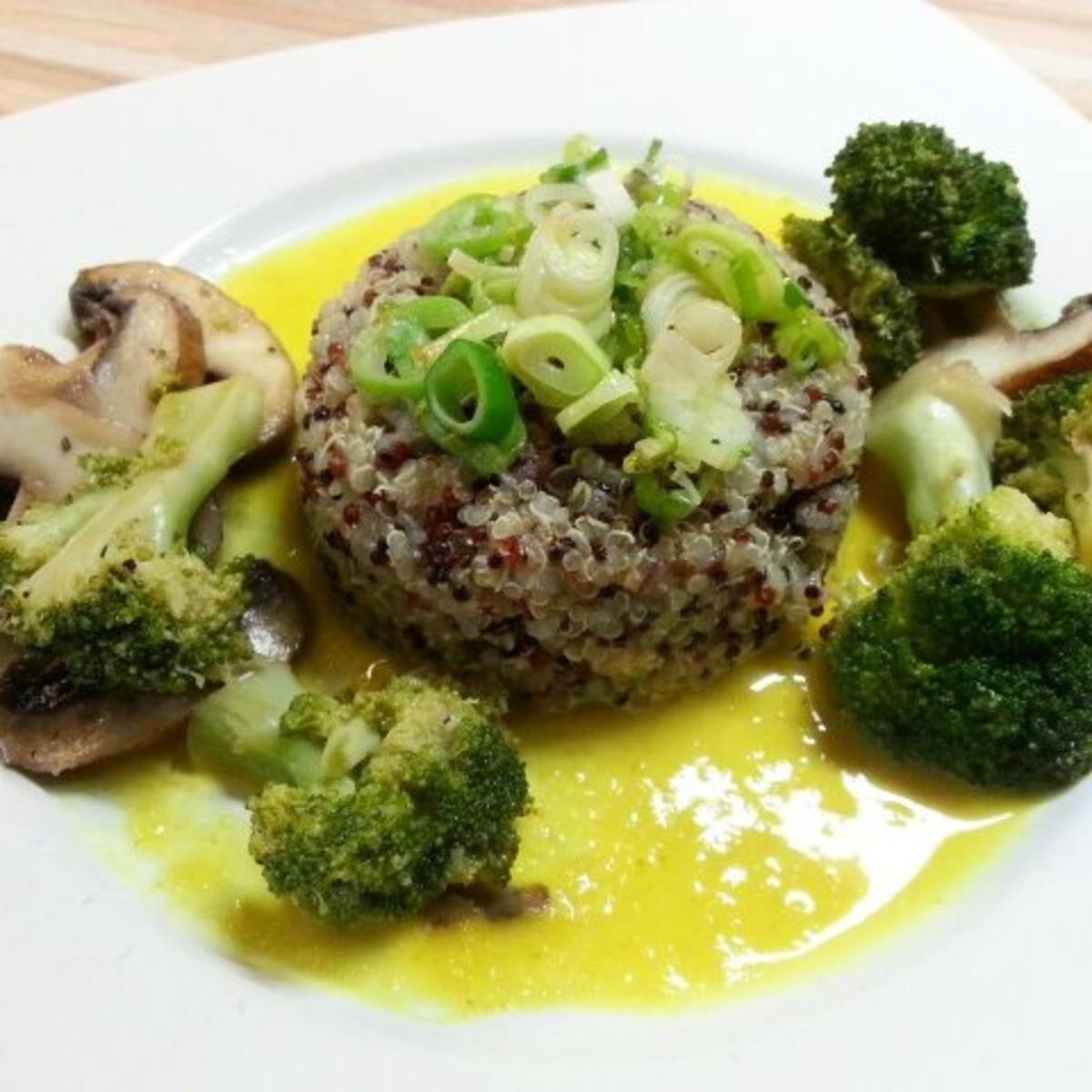 quinoa auf currysaucen spiegel mit brokkoli und. Black Bedroom Furniture Sets. Home Design Ideas