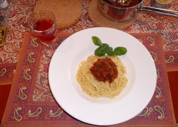 spaghetti mit einer kleinen raffinierten tomatensauce rezept. Black Bedroom Furniture Sets. Home Design Ideas