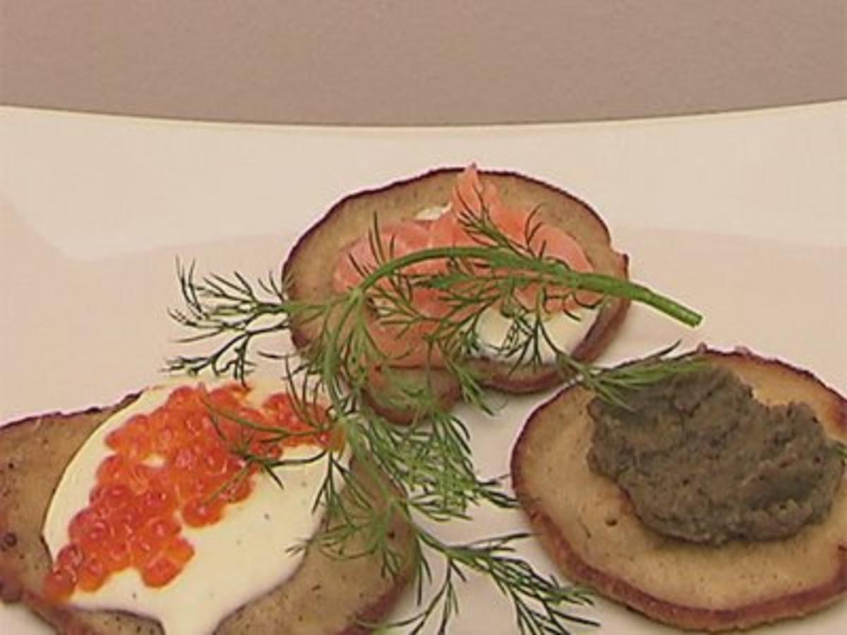 dreierlei blini variation mit rotem kaviar lachs und auberginen mousse rezept. Black Bedroom Furniture Sets. Home Design Ideas