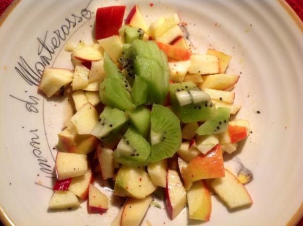 fruchtiger k sesalat mit pfeln kiwi und paprika rezept. Black Bedroom Furniture Sets. Home Design Ideas