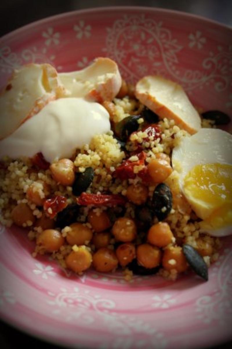 vegetarischer couscous kichererbsen salat mit ofengetrockneten tomaten und joghurt dip rezept. Black Bedroom Furniture Sets. Home Design Ideas