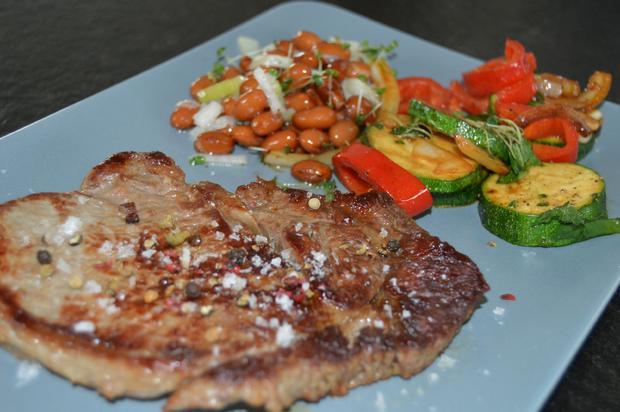 ribeye steak mit b rlauchgem se aus der pfanne und braunen bohnen rezept. Black Bedroom Furniture Sets. Home Design Ideas