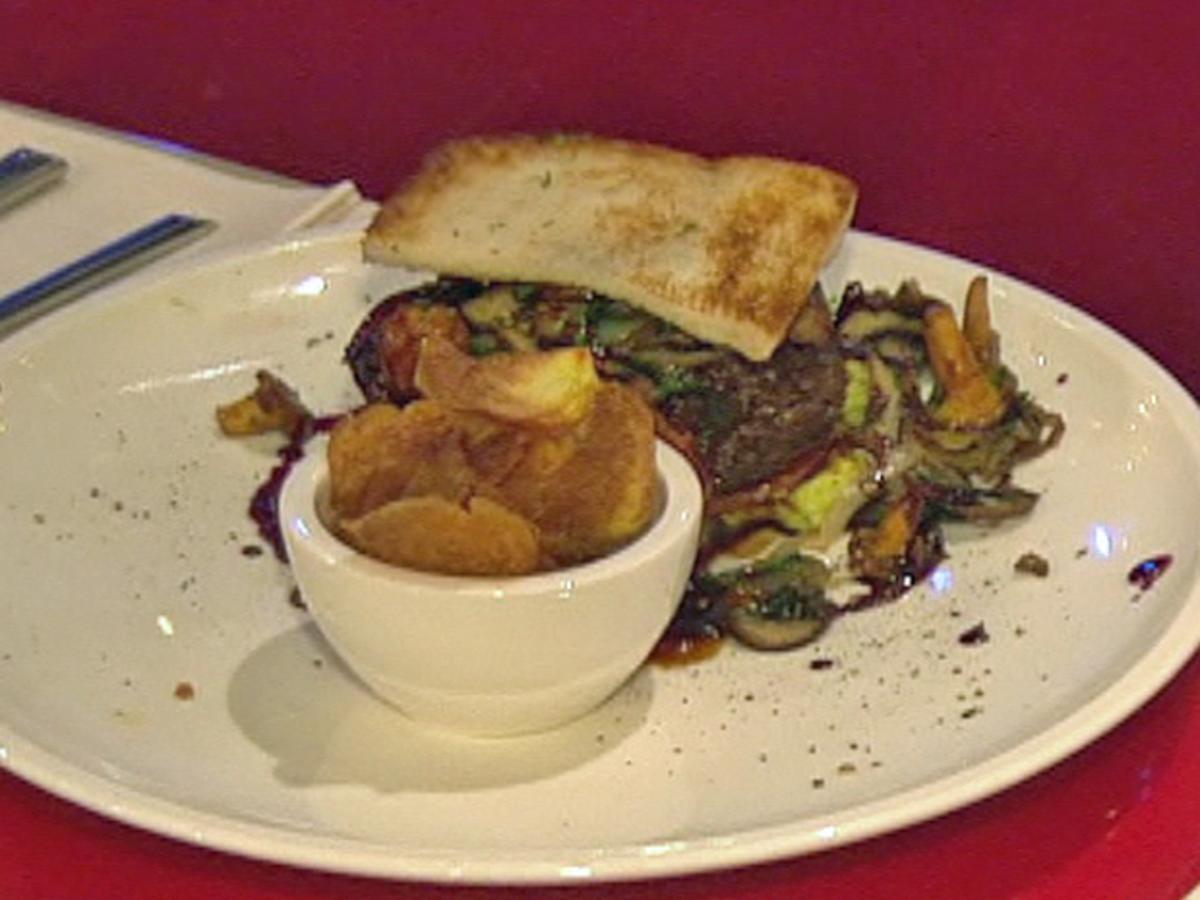 beefburger mit rotweinzwiebeln kartoffelchips steffen henssler rezept. Black Bedroom Furniture Sets. Home Design Ideas