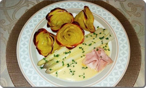 Spargeln, Kartoffel-Rosen, Prager Schinken Und Sauce