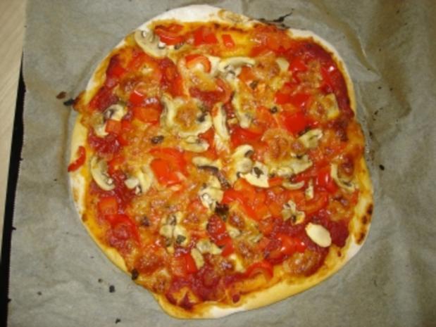 pizza mit paprika und champignons rezept. Black Bedroom Furniture Sets. Home Design Ideas