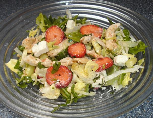 salat mit erdbeeren h hnchenstreifen und feta rezept. Black Bedroom Furniture Sets. Home Design Ideas