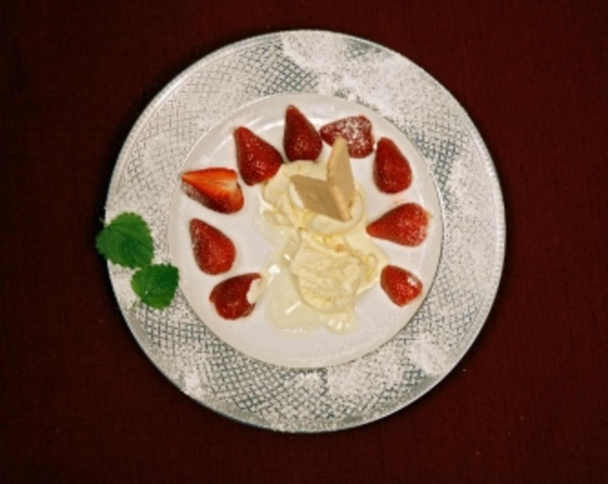 vanilleeis mit frischen erdbeeren ren weller rezept. Black Bedroom Furniture Sets. Home Design Ideas