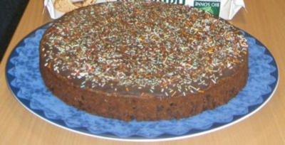 Schokoladenkuchen mit schokoladenpulver