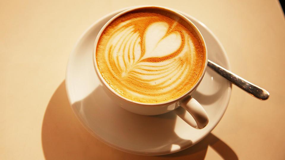 latte art anleitung f r ein herz aus milchschaum auf dem kaffee. Black Bedroom Furniture Sets. Home Design Ideas