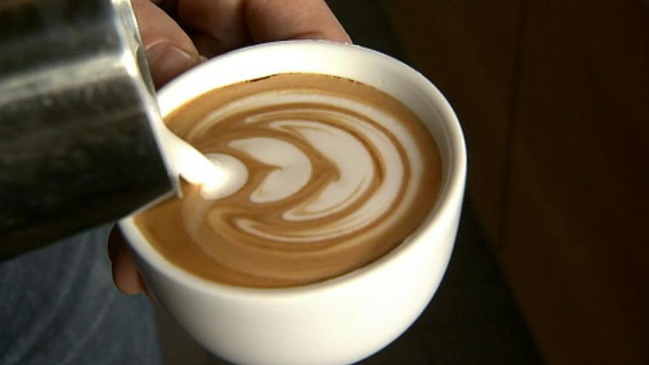 latte art anleitung f r eine blume aus milchschaum auf dem kaffee. Black Bedroom Furniture Sets. Home Design Ideas