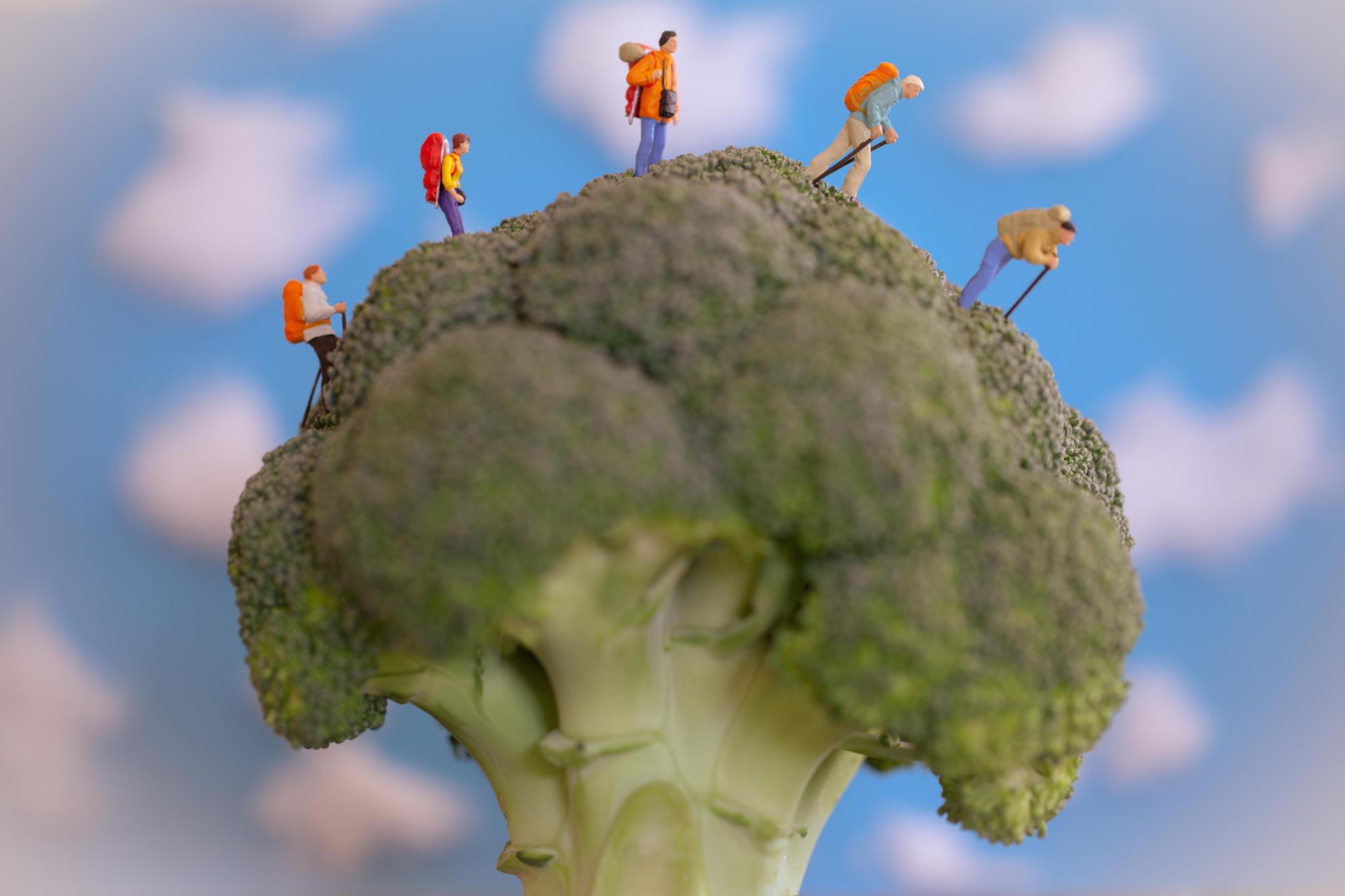 Mini-Figuren auf Lebensmitteln