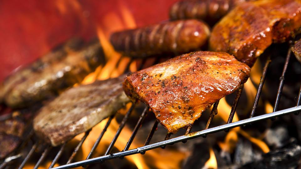 Weber Holzkohlegrill Rost Reinigen : Aldi grill oder weber grill welcher grill ist besser stern