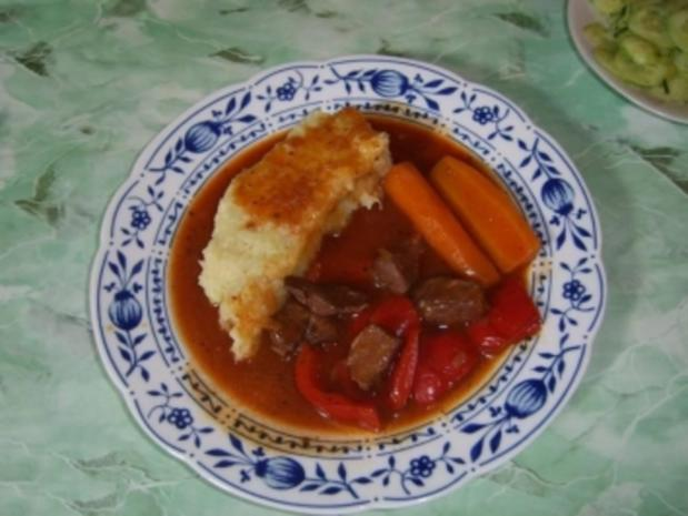 Paprika- Schweinegulasch mit Knoblauch - Rezept