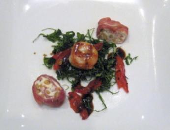 Jakobsmuschel auf frittiertem Rucola mit getrockneten Tomaten und Parmaröllchen - Rezept