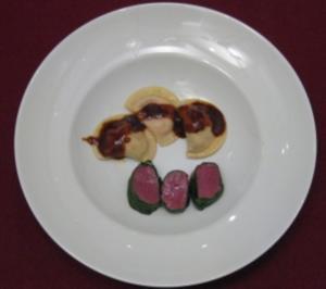 Rehfilets mit Maronen-, Pilz- und Preiselbeer-Agnolotti auf Schalotten-Portwein-Soße - Rezept