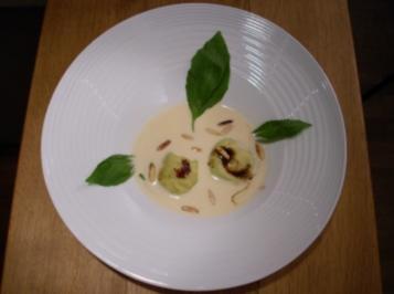 Ziegenfrischkäse-Ravioli auf weißer Pfeffersoße an Balsamicojus - Rezept