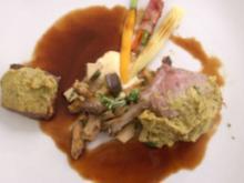 Sattel vom Salzwiesenlamm mit Kräuterkruste dazu Pilze und Rotweinjus - Rezept