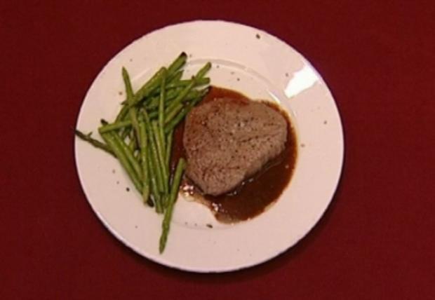 Rinderfilet mit Trüffelsoße, Kartoffelgratin und grüner Spargel (Joko Winterscheidt) - Rezept