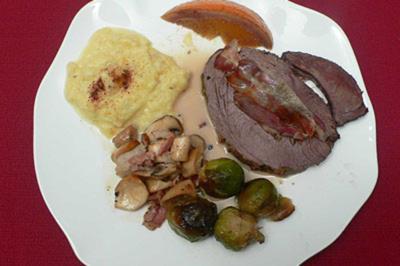 Hirschkeule mit Zimtpüree, Pilzen und Rosenkohl - Rezept