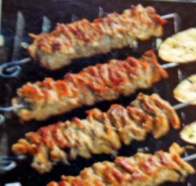 Fleischspieße nach griechischer Art mit Tomatensoße - Rezept