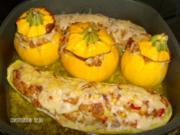 Gelbe Kugelzucchini gefüllt neben Schlangenzucchini - Rezept