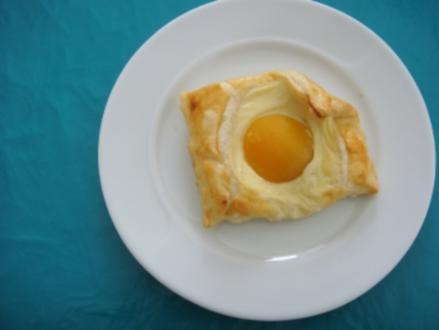 Kuchen: Blätterteigteilchen mit Pudding und Aprikosen - Rezept