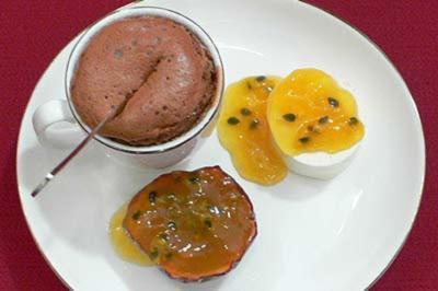 Warmer Schokokuchen mit Schmandmousse und Passionsfruchtgrütze - Rezept