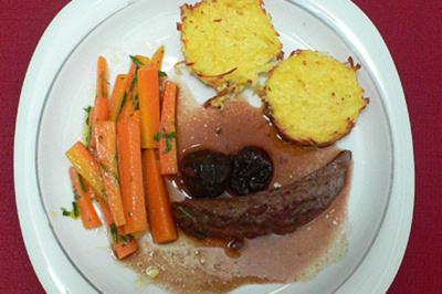 Lammfilets an Pflaumensoße mit Estragon-Karotten und Kartoffel-Meerrettich-Kuchen - Rezept