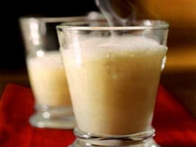 Eierlikör mit heißer Milch und Sahne - Rezept