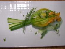 Gefüllte Zucchiniblüten auf Gurkennudeln - Rezept