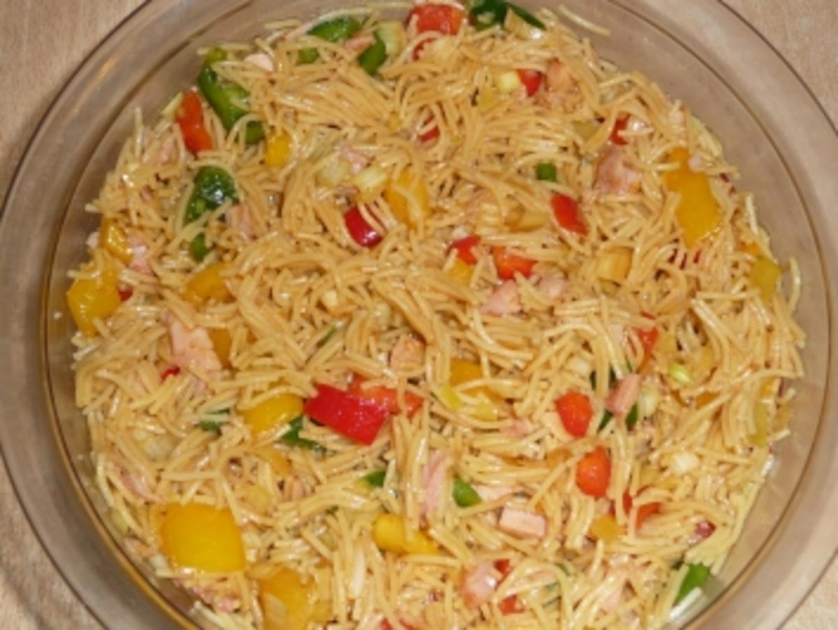Nudelsalat mit Hähnchenbrust und Joguhrt Dressing - Rezept