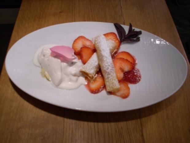 Rhabarber-Frühlingsröllchen auf Erdbeeren und Rosen-Sauerrahm-Eis - Rezept