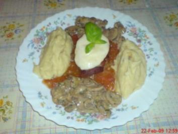 Lendentürmchen auf Tomatensoße, Pilzen in Sahnesoße und Kartoffelpüree - Rezept