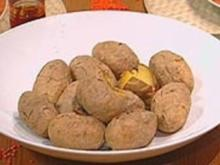 Ofenkartoffeln mit Knoblauchbutter aus geröstetem Knoblauch - Rezept