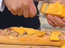 Gefülltes Baguette mit Tunfischsalat, roten Zwiebeln, Kapern und Cheddar - Rezept